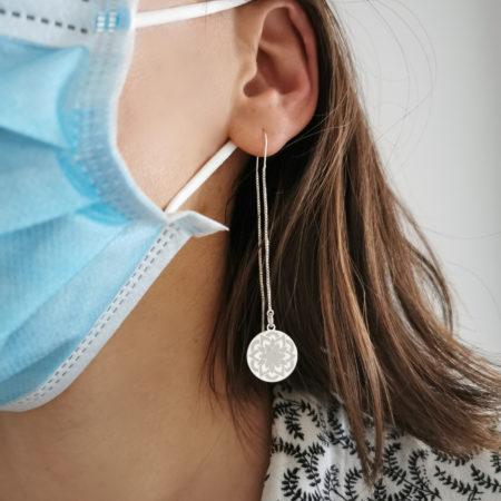 Quelles paires de boucles d'oreilles porter avec un masque ?